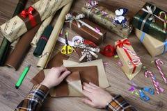 递假日圣诞节的礼品包装材料纸 库存照片