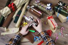 递假日圣诞节的礼品包装材料纸 免版税库存照片