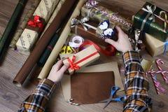 递假日圣诞节的礼品包装材料纸 库存图片