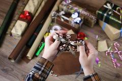 递假日圣诞节的礼品包装材料纸 图库摄影