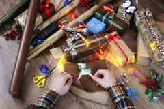 递假日圣诞节的礼品包装材料纸 免版税库存图片