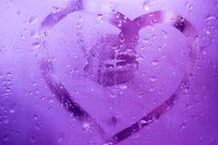 递凹道听见的和在窗口湿玻璃的一个嘴唇印刷品 图库摄影