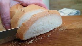 递刀子在木的切的†‹â€ ‹面包 股票录像