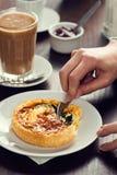 递切口入与叉子的乳蛋饼 免版税图库摄影