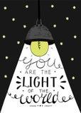 递在您上写字世界的光,做在与发光的电灯泡的星背景 免版税库存图片