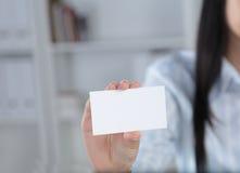 递在白色背景的微笑的女商人一个空插件 库存图片