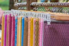 递在百货商店的一个机架的传统泰国丝绸布料工艺棉花 免版税库存图片