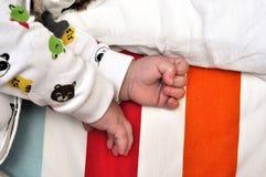 递婴孩,不用充分的机体视图 免版税图库摄影