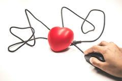 递安置在连接到红色心脏的黑老鼠 免版税库存图片