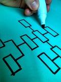 递得出在一张蓝纸的一张组织系统图与笔 免版税图库摄影
