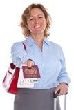 递您她的护照的女实业家 免版税图库摄影