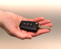递打开有一把无线遥控钥匙的一辆汽车 库存照片