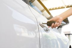 递把握汽车关键的妇女司机使用门户开放主义的汽车 库存图片
