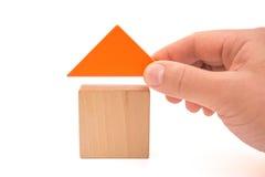 递投入屋顶组成有裁减路线的一个房子 库存图片