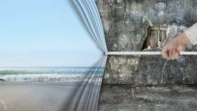 递拉扯自然沙滩帷幕被盖的老打破的墙壁 免版税库存图片