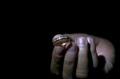 递拿着一个圆环有黑和黑暗的背景 免版税库存图片