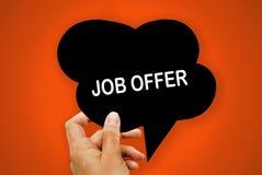 递拿着与工作概念的黑纸讲话泡影,在橙色背景, 图库摄影
