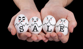 递拿着与滑稽的面孔面带笑容的逗人喜爱的鸡蛋 免版税库存照片