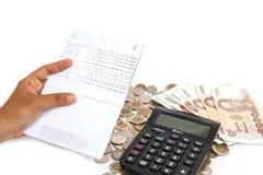递拿着书银行和堆在检查mo的概念的金钱 免版税库存照片