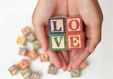 递拿着信件,形成词`爱`,版本2 免版税库存照片