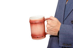 递拿着啤酒杯被隔绝在白色,裁减路线 免版税图库摄影