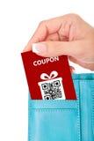 递拿着圣诞节优惠券在钱包里被隔绝在白色 库存图片