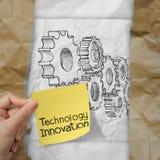 递拿着在稠粘的笔记的创新与齿轮对成功 免版税库存图片