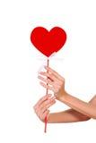 递拿着心脏的标志特写镜头 免版税图库摄影