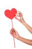递拿着心脏的标志特写镜头 免版税库存照片
