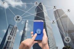 递拿着智能手机并且点击在按钮上有在连接的标志的 免版税库存照片