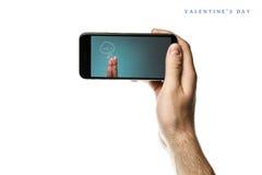 递拿着智能手机,在白色背景的黑屏 免版税库存图片