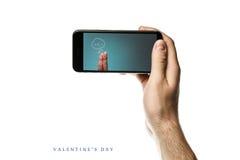 递拿着智能手机,在白色背景的黑屏 库存图片