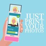 递拿着有便携式的打印机的手机在平的设计样式的手机的 快的立即照片打印 库存例证