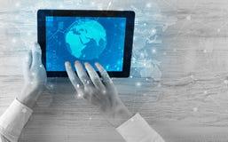 递拿着有全球性报告和股市变动概念的片剂 免版税图库摄影