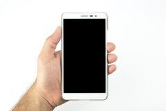 递拿着有在白色背景隔绝的黑屏的巧妙的电话 免版税库存照片