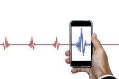 递拿着有心脏节奏ekg的巧妙的电话,隔绝在白色背景 免版税库存照片