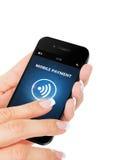 递拿着有流动付款应用的手机在w 图库摄影
