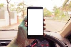 递拿着有空白的流动巧妙的电话 停放sc的汽车 库存图片