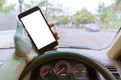 递拿着有空白的流动巧妙的电话 停放sc的汽车 免版税库存图片