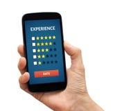 递拿着有顾客回顾概念的巧妙的电话在屏幕上 库存图片