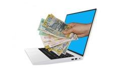 递拿着现金金钱在3D便携式计算机模型外面  免版税库存照片