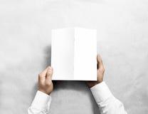 递拿着空白的白色小册子大模型,后部视图 免版税库存照片