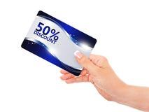 递拿着蓝色折扣卡片被隔绝在白色 免版税图库摄影