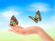 递拿着蝴蝶反对蓝天。 免版税图库摄影