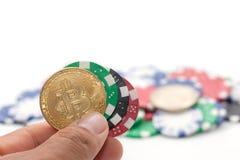 递拿着bitcoin和堆赌博娱乐场芯片 图库摄影
