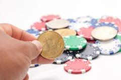 递拿着bitcoin和堆赌博娱乐场芯片 免版税库存图片