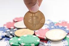 递拿着bitcoin和堆赌博娱乐场芯片 免版税库存照片