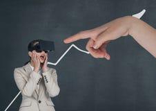 递指向VR耳机的惊奇的女商人反对与箭头的蓝色背景 库存图片
