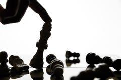 递掀动国王的图在棋枰 免版税库存照片