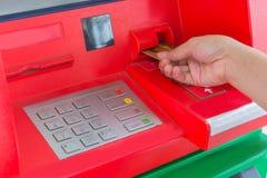 递插入物信用卡到ATM银行现钞机为撤出mo 库存照片